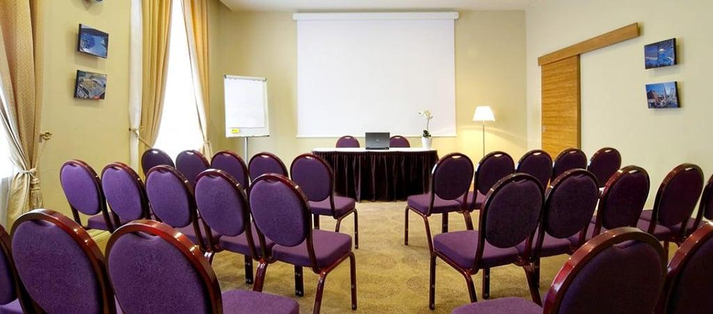 Opera_hotel_spa_conference_room_piano.jpg